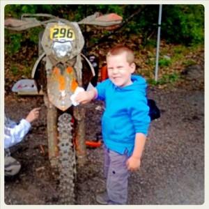 """Danny lava la moto dello """"zio"""" Lollo"""